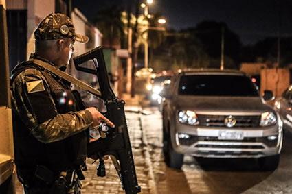 Ataques em cidade brasileira causam cinco mortes, 26 detenções e incêndios
